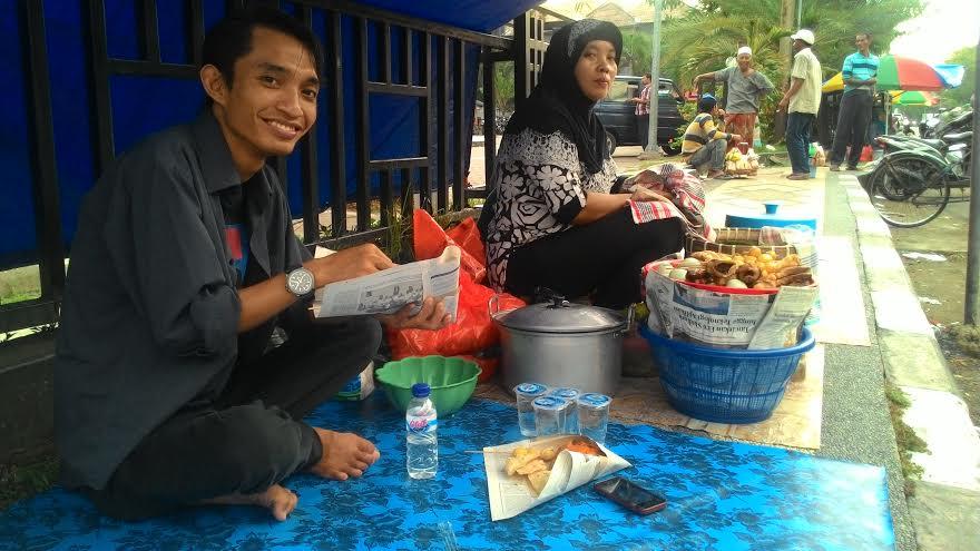 Nasrun sedang Makan Nasi Boran Lamongan