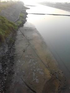 endapan lumpur menyisakan masalah: pendangkalan sungai dan pantai.