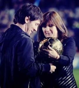 Messi menyerahkan trofi Ballon d'Or pada ibunya