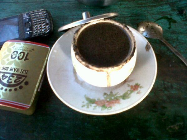 menikmati secangkir kopi mbah ito