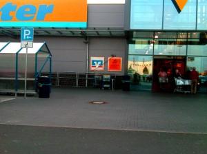 Tempat parkir di supermarket bagi pengunjung dengan keterbatasan fisik (Okt. 2010)