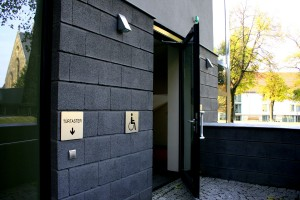 Pintu masuk kampus bagi mahasiswa cacat fisik & manula (Okt. 2010)