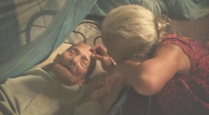 Kedua orang tua Adi Rukun dalam  sebuah adegan di film Senyap