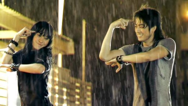Tong dan Kwan sedang menari saat hujan via google