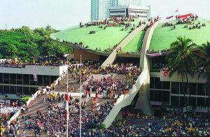 Menolak Lupa Rezim Suharto/Orba yang Militeristik dan Represif